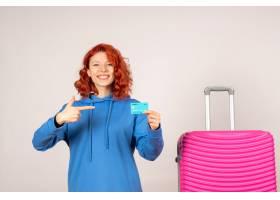 与桃红色袋子和拿着银行卡片的正面图女性游_13903921
