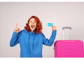 与桃红色袋子和拿着银行卡片的正面图女性游_13903924