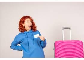 与桃红色袋子和拿着银行卡片的正面图女性游_13903926