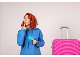 与桃红色袋子和拿着银行卡片的正面图女性游_13903930