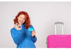 与桃红色袋子和银行卡片的正面图女性游人_13903903