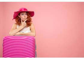 与桃红色袋子的正面图女性游人_13903973