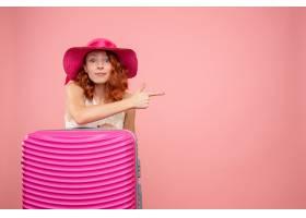 与桃红色袋子的正面图女性游人_13903974