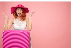 与桃红色袋子的正面图女性游人_13903975