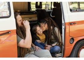 与汽车休息的家庭旅行_13697690