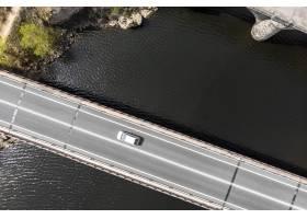 与汽车的运输概念在桥梁顶视图_13951900