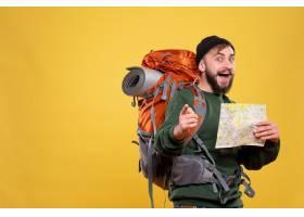 与确信的年轻人的旅行概念有背包和拿着在黄_13578816