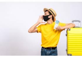 与站立在黄色手提箱附近的草帽的正面图年轻_14507744