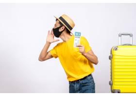 与站立在黄色手提箱附近的草帽的正面图年轻_14507751