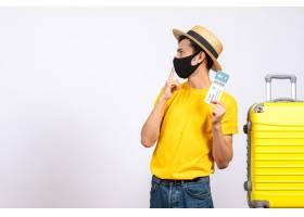 与站立在黄色手提箱附近的草帽的正面图年轻_14507757