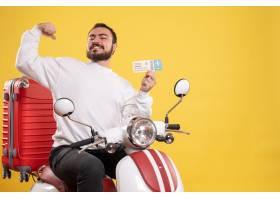 与骄傲的人的旅行概念坐有手提箱的摩托车在_14892011