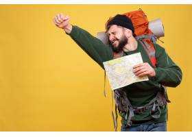 与骄傲的年轻人的旅行概念有背包和拿着在黄_13578846