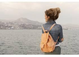 中等在海边的背包拍摄妇女_13698638