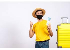 与站立在黄色手提箱附近的草帽的正面图年轻_14507763