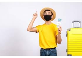 与站立在黄色手提箱附近的草帽的正面图年轻_14507768