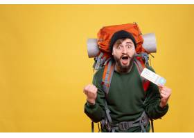 与紧张情感年轻人的旅行概念有背包和拿着在_13578844