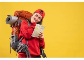 与红色背包的前视图微笑的女性露营车拿着旅_14422713