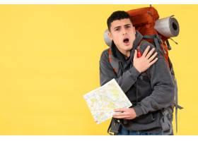 与红色背包的正面看法激动的年轻人拿着旅行_13579371