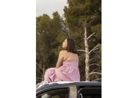 与美丽的女性旅客的浪漫自然概念_13605824