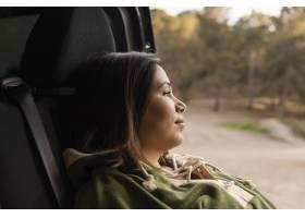 与美丽的女性旅客的浪漫自然概念_13605841