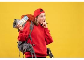 与背包的前视图微笑的女性露营车拿着旅行票_14422702