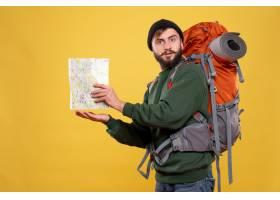 与重点的年轻人的旅行概念有背包和拿着在黄_13578833