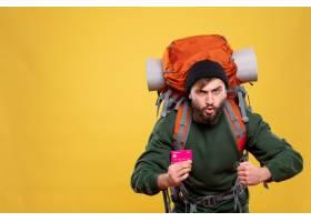 与雄心勃勃的年轻人的旅行概念有背包和拿着_13578796