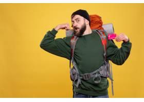 与雄心勃勃的年轻人的旅行概念有背包和拿着_13578797