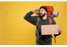 与集中的年轻人的旅行概念有背包和拿着写作_13578805