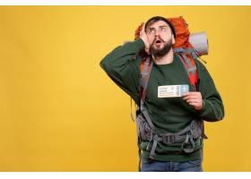与集中的年轻人的旅行概念有背包的和显示在_13578807