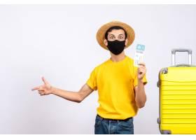 站立近的黄色手提箱的黄色T恤杉的正面图年_14505861