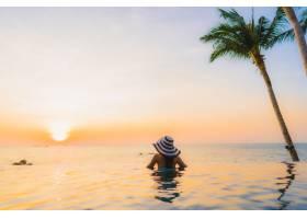 美麗的海灘風景的年輕亞裔婦女_6426450