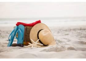 袋子和海灘配件在沙灘上留在沙灘上_991188