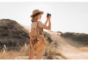 卡其色礼服的可爱的时髦的少妇在沙漠旅行_14105401