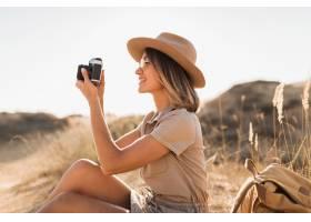 卡其色礼服的可爱的时髦的少妇在沙漠旅行_14105547