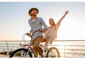 旅行在自行车的年轻可爱的男人和妇女在暑_10274279