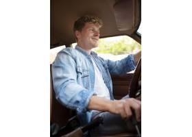 驾驶汽车中等射击的笑脸_15186707