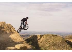 骑自行车的人跳跃和飞过山_15915359