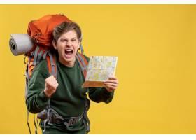正面图年轻男性为远足的年轻男性拿着地图与_15002528