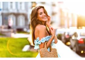 生活方式时尚夏天画象优雅年轻壮观的模特摆_10068235