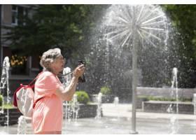 独自旅行的老妇人在夏天_16189089