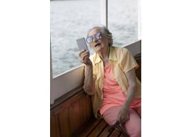 独自旅行的老妇人在夏天_16189091