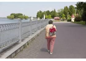 独自旅行的老妇人在夏天_16189094