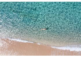 女孩游泳的空中射擊在一個驚人的海_15914927