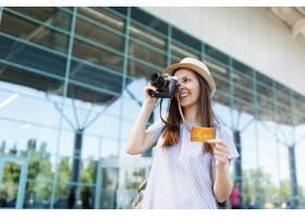 帽子的年輕微笑的旅客旅游婦女拍在減速火_15791637