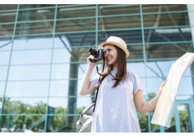 年輕微笑的旅客旅游婦女在減速火箭的葡萄酒_15785875