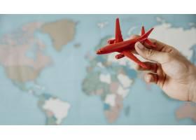 拿着在地图的人侧视图飞机雕象_11054331