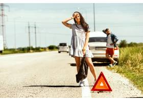 这对年轻夫妇在休息的路上行驶时摔断了车_10444932