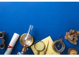 老塑造的平的房子与减速火箭的旅行在蓝色_15078179