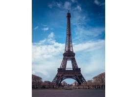 艾菲爾鐵塔的美好的垂直的射擊在明亮的藍天_15915470